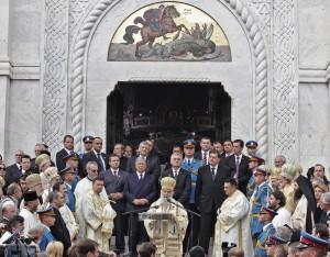 kraljevska-porodica-predsednik-srbije-premijer-srpska-crkva-i-srpski-narod-prisustvovali-ceremoniji-drzavne-sahrane-u-kraljevskom-mauzoleju-na-oplencu[10]