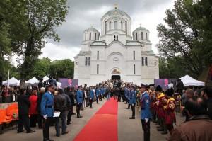 kraljevska-porodica-predsednik-srbije-premijer-srpska-crkva-i-srpski-narod-prisustvovali-ceremoniji-drzavne-sahrane-u-kraljevskom-mauzoleju-na-oplencu[12]