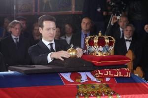 kraljevska-porodica-predsednik-srbije-premijer-srpska-crkva-i-srpski-narod-prisustvovali-ceremoniji-drzavne-sahrane-u-kraljevskom-mauzoleju-na-oplencu[6]