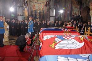 kraljevska-porodica-predsednik-srbije-premijer-srpska-crkva-i-srpski-narod-prisustvovali-ceremoniji-drzavne-sahrane-u-kraljevskom-mauzoleju-na-oplencu[8]