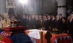 kraljevska-porodica-predsednik-srbije-premijer-srpska-crkva-i-srpski-narod-prisustvovali-ceremoniji-drzavne-sahrane-u-kraljevskom-mauzoleju-na-oplencu[9]
