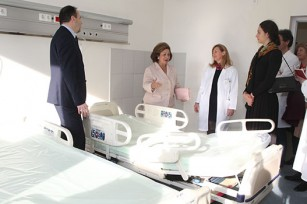 """HRH Crown Princess Katherine with director and staff of clinical center """"Zvezdara"""" during delivery of hospital beds for Intensive care units"""
