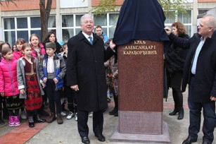 HRH Crown Prince Alexander and Mr Goran Vesic, City Manager of Belgrade unveil the bust of HM King Alexander