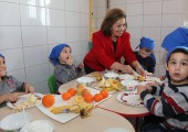 Crown Princess Katherine with the children during her visit to the Infirmary