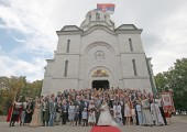 Newlyweds with the invitees in front of the church of St. George in Oplenac