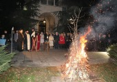 Burning the yule log in front of the Royal palace