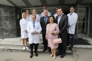 Prof. dr Dragoš Stojanović, direktor KBC Zemun, Nj.E. g-din Kajl Skot, ambasador SAD u Srbiji, Nj.K.V. Princeza Katarina i dr Daglas Džekson, direktor organizacije C.U.R.E sa medicinskim osobljem KBC Zemun