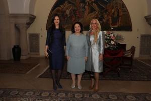 G-đa Tamara Vučić, prva dama, supruga Nj.E. g-dina Aleksandra Vučića, Nj.K.V. Princeza Katarina i Alison, kćerka Njihovih Kraljevskih Visočanstava