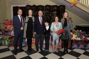 Njihova Kraljevska Visočanstva Prestolonaslednik Aleksandar i Princeza Katarina sa gospodinom Vilkom i gospođom Kris Eger i njihovom decom