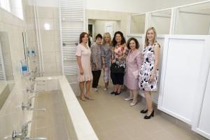 Nj.K.V. Princeza Katarina i Lajflajn Čikago članice sa dr Aleksandrom Gavrilović, direktorkom bolnice u Kovinu u renoviranom kupatilu