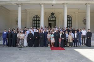 Вероучитељи испред Белог двора