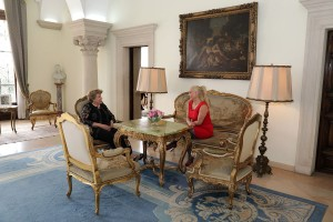 Levo, gospođa Andri Anastasijadis, Supruga Predsednika Kipra i desno, gospođa Alison Endrjuz, Kćerka Njihovih Kraljevskih Visočanstava Prestolonaslednika Aleksandra i Princeze Katarine