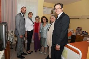 "G-din Ivan Jezdić, g-đa Suzana Mišić, Princeza Katarina i g-din Nenad Nerić sa korisnicima doma ""Voždovac"""