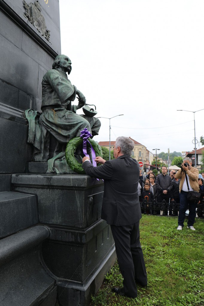 Њ.К.В. Престолонаследник Александар полаже венац на споменик косовским јунацима