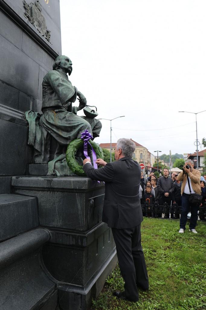 Nj.K.V. Prestolonaslednik Aleksandar polaže venac na spomenik kosovskim junacima