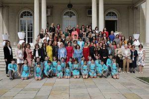 Даме са члановима дечијег хора Дечијег културног центра Београд на Белом двору