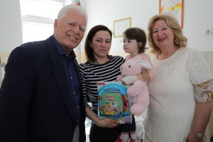 G-din i g-đa Van Kesler u vaskršnjoj poseti dečijim bolnicama