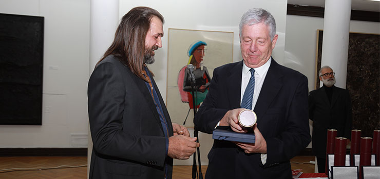 The Chairman of the ULUS Board, prof. Lazovic handing the plaque to the Crown Prince